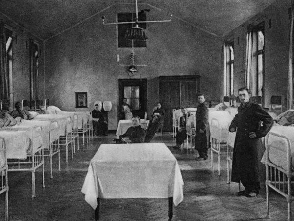 Photo de 1917 montrant une salle d'hôpital avec malade salités et infirmières