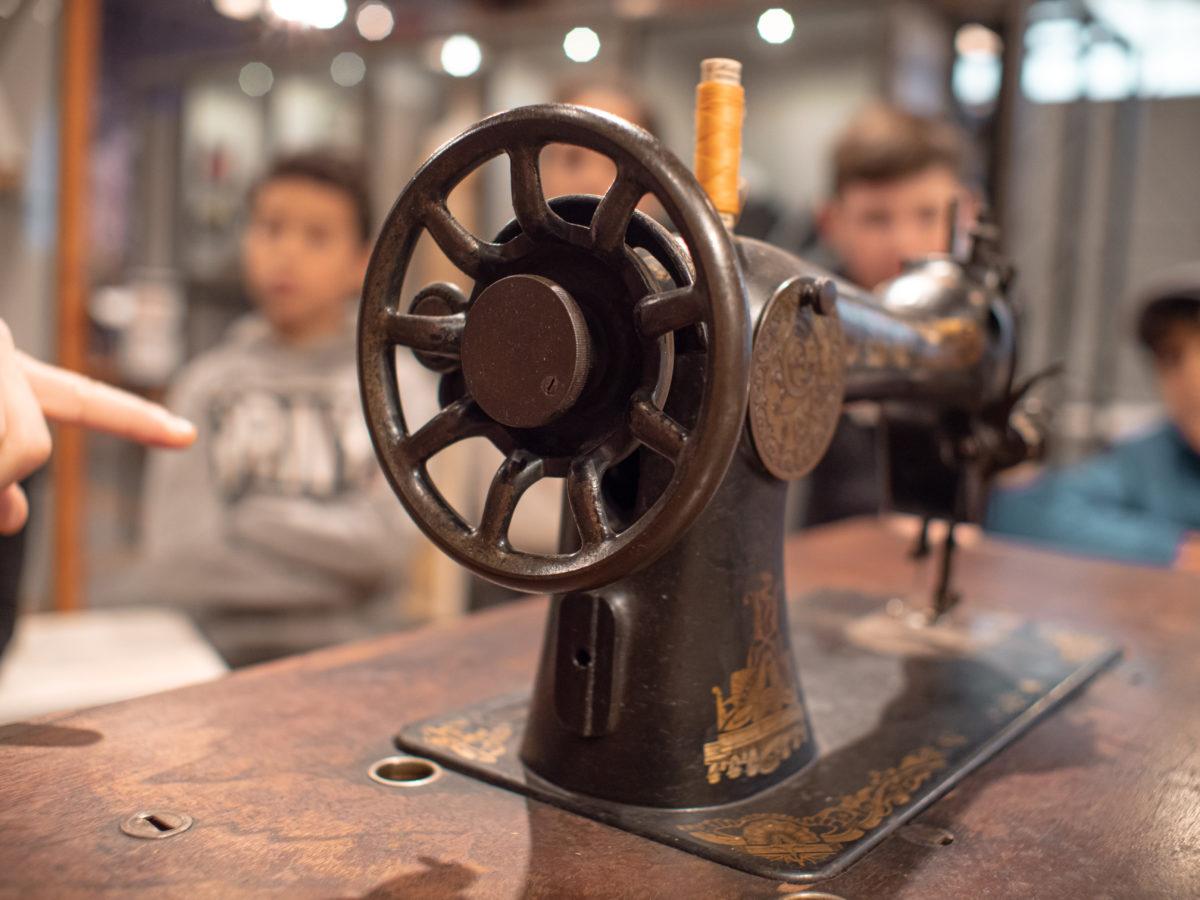 Manivelle d'une machine à coudre présentée aux élèves de l'animation.
