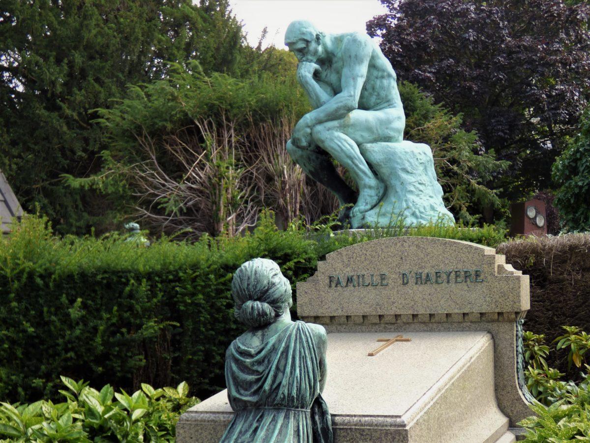 Le penseur de Rodin et la sculpture d'une pleureuse semblent entrer en dialogue au mileu de la végétation du cimetière.