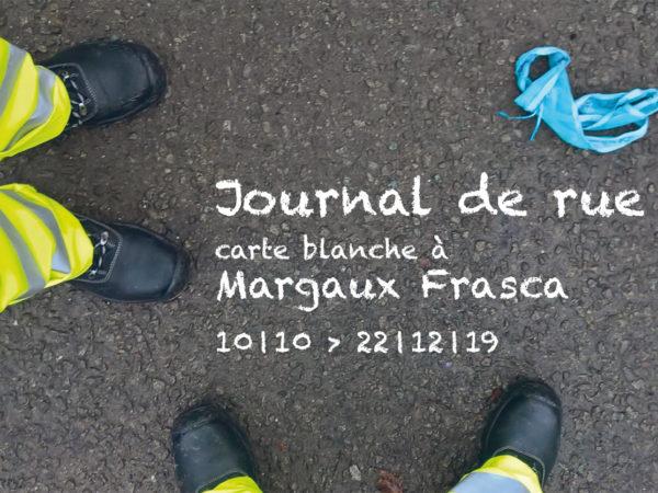 carte postale de l'exposition reprenant les éléments d el'affiche : plongée sur les pieds de balayeurs de rue avec une culotte à terre