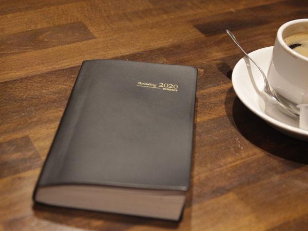 Un livre posé sur une table. Il porte le titre 2020.