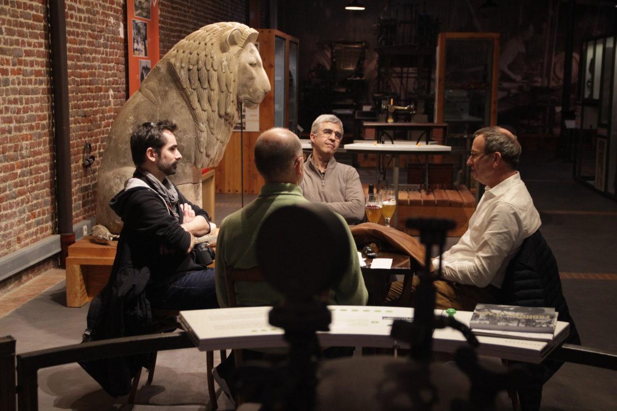 4 personnes sont assises autour d'une table dans le musée. Elles discutent de leur travail.