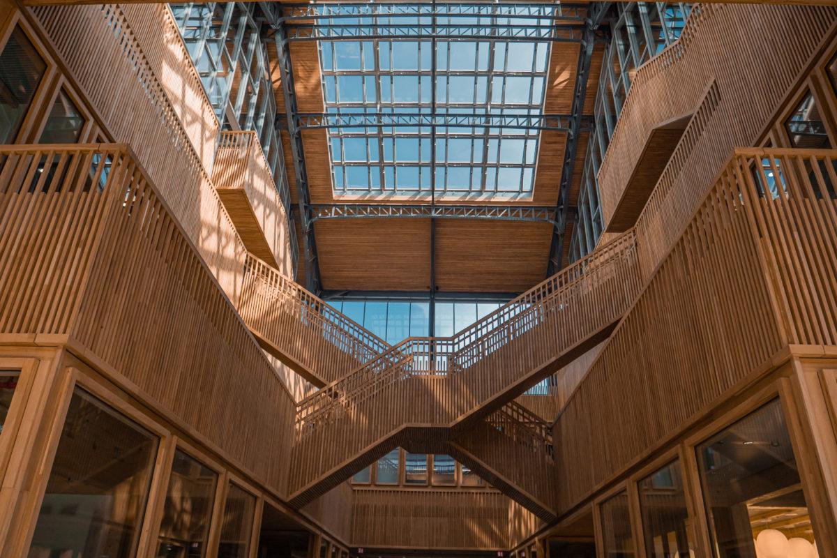 Photo à la composition géométriquescaliers en bois de la Gare Maritime à Tour et Taxis