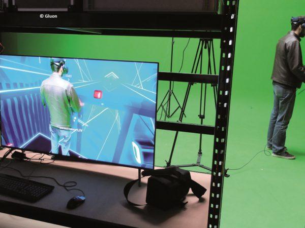 Un jeune homme utilise un casque de réalité virtuelle
