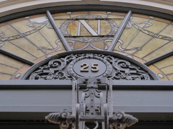 Fronton du magasin de Neuhaus de style art-nouveau