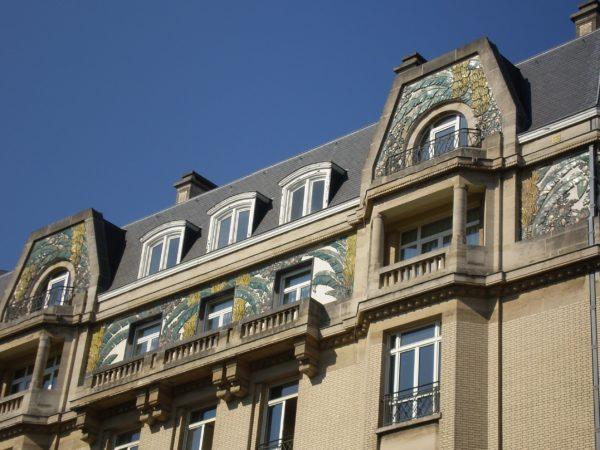 Façade de bâtiment décorée de bas reliefs représentant des bananiers