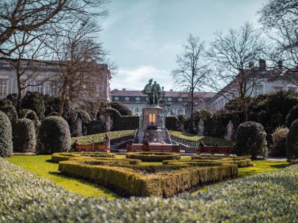Vue du parc du petit Sablon avec la statue des Comtes d'Egmont et de Hornes