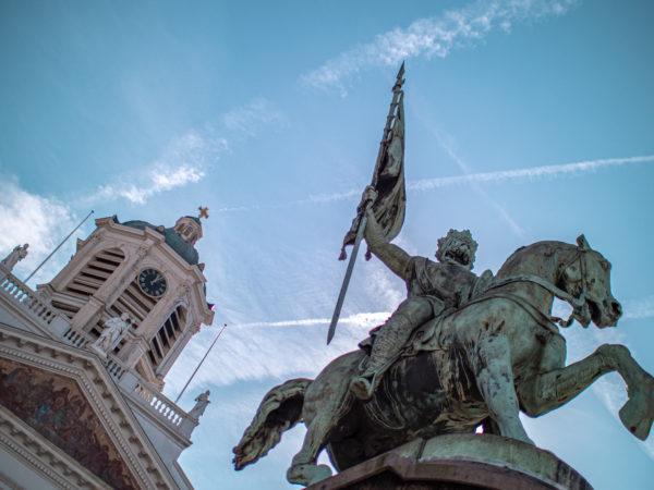 Vue en contre plongée de la statue équestre de Godefroid de Bouillon, Place Royale