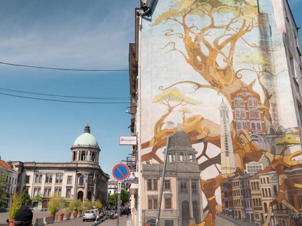 Mise en abîme de la place communale de Molenbeek et sa représentation sur une fresque du quartier