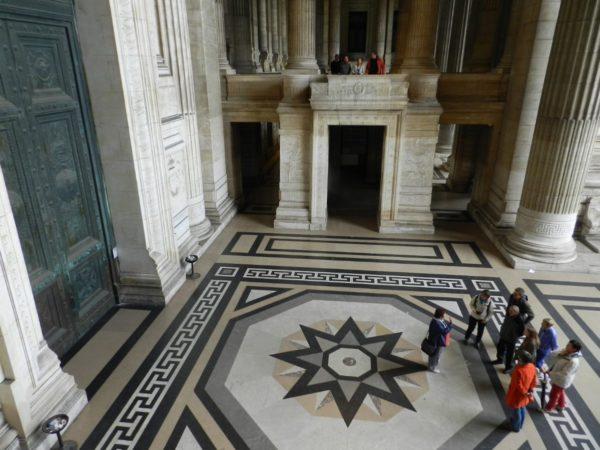 le guide et son groupe à l'entrée du Palais de Justice de Bruxelles