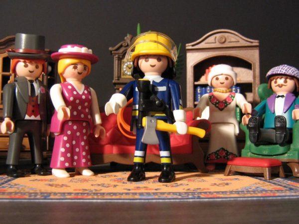 personnages playmobil figurant des acteurs su une scène de théâtre
