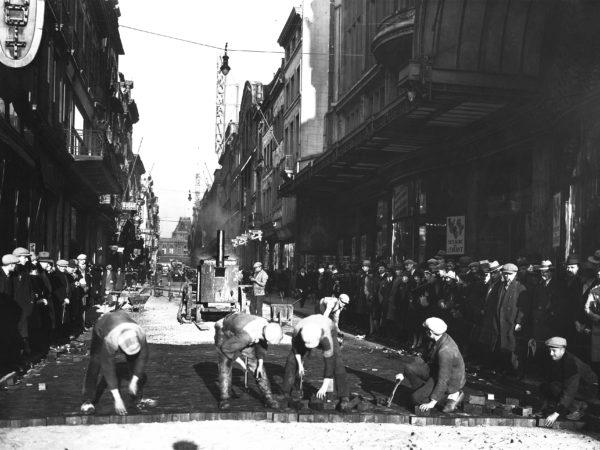 ancienne photo d'ouvriers plaçant des pavés rue neuve à Bruxelles