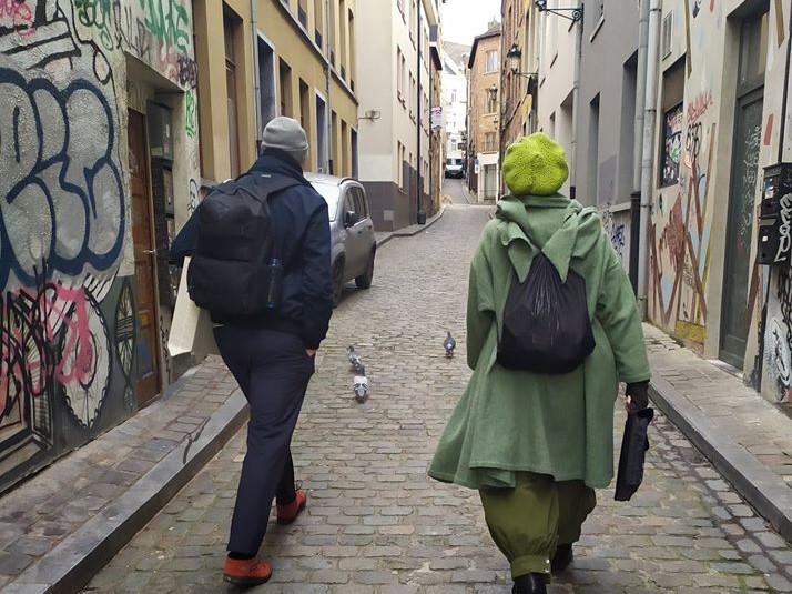 Deux personnes, vues de dos, marchent dans les ruelles des Marolles