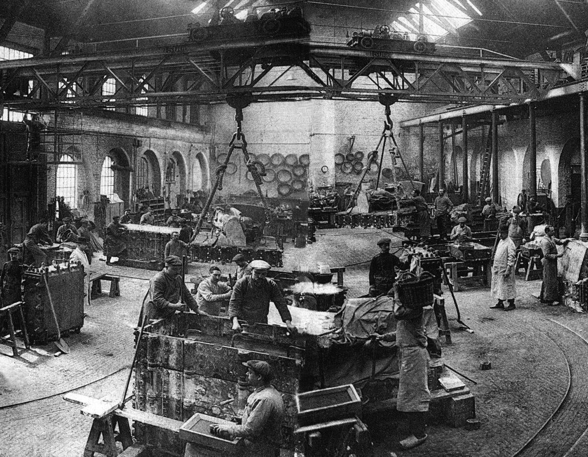 L'ancienne halle de coulée avec les ouvriers en plein de travail