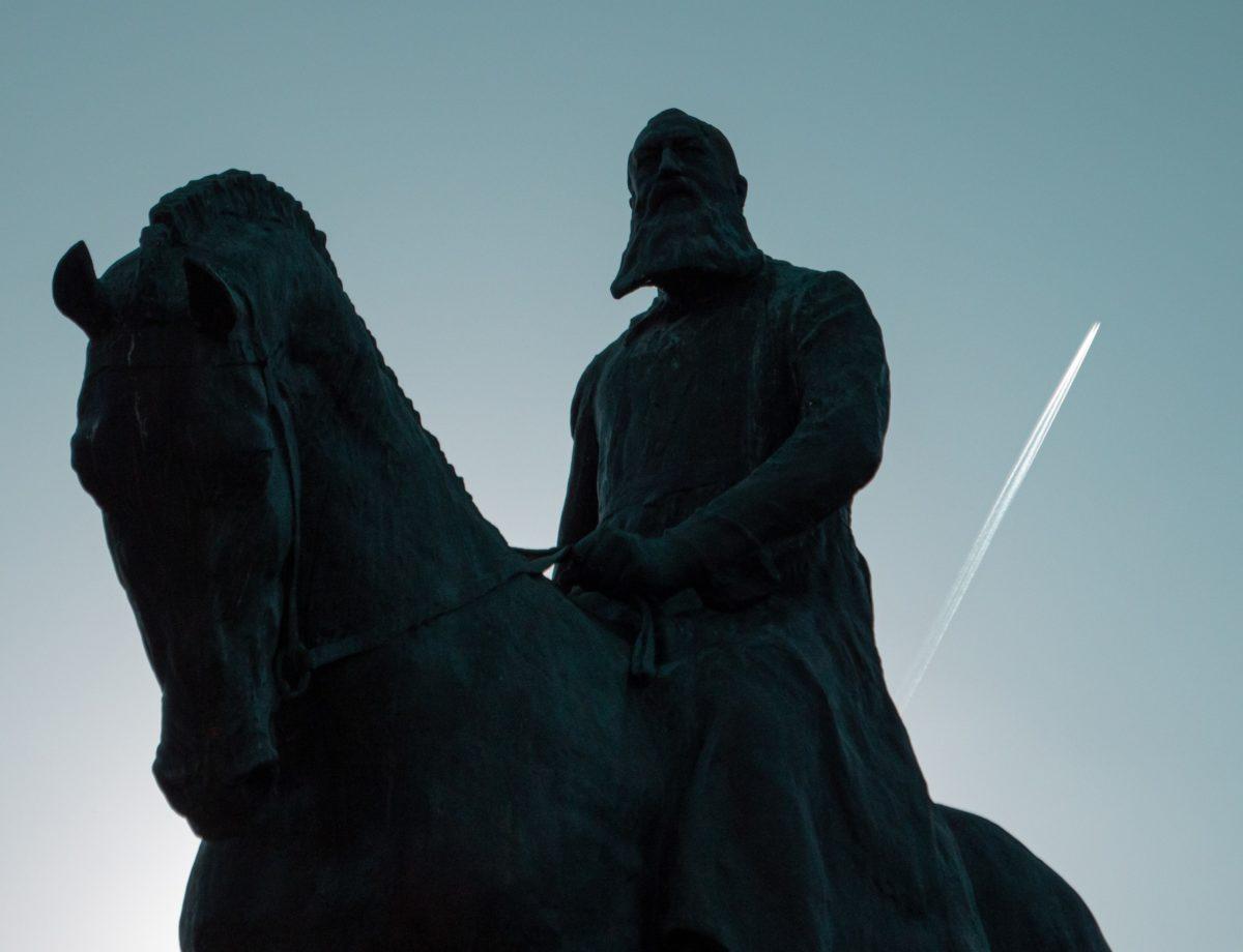 Plan rapproché de la statue équestre de Léopold II en contre-jour, située à Bruxelles