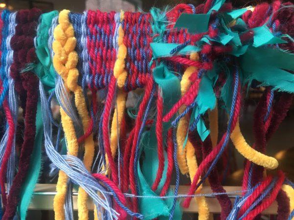 Gros plan sur un tissage de fils multicolores.