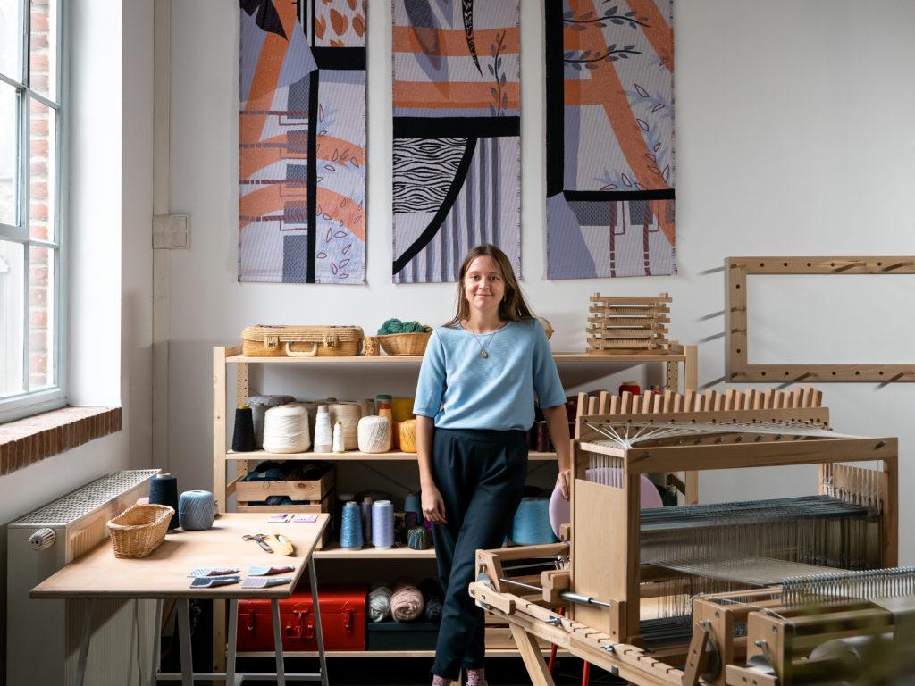la designer textile Saskia De Kinder dans son atelier de tissage aménagé à La Fonderie