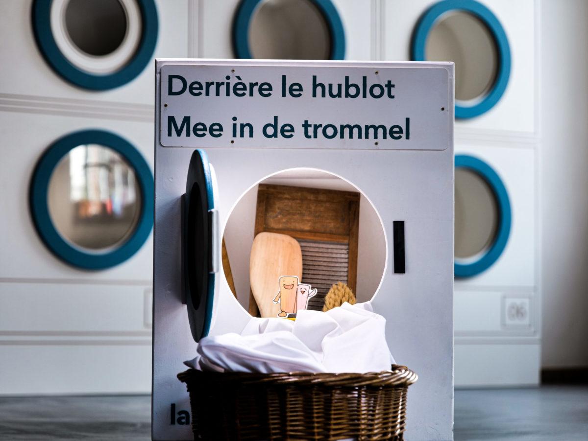Ce meuble en forme de machine à laver contient tous les éléments du kit pédagogique sur la lessive.