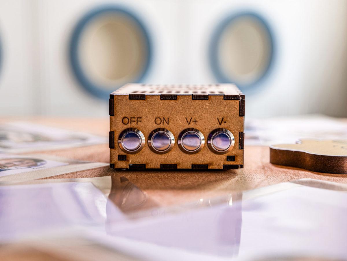 Radio du kit pédagogique sur la lessive permettant d'écouter les témoignages de trois générations de femmes.