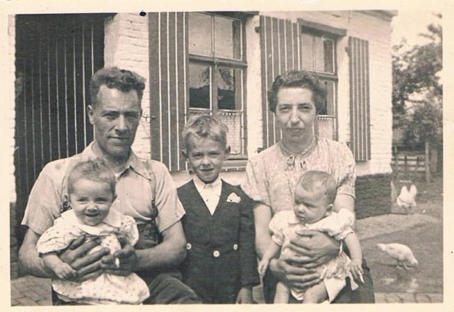 ancienne photo de famille représentant Cyriel et Maria De Bruyne et 3 de leurs enfants