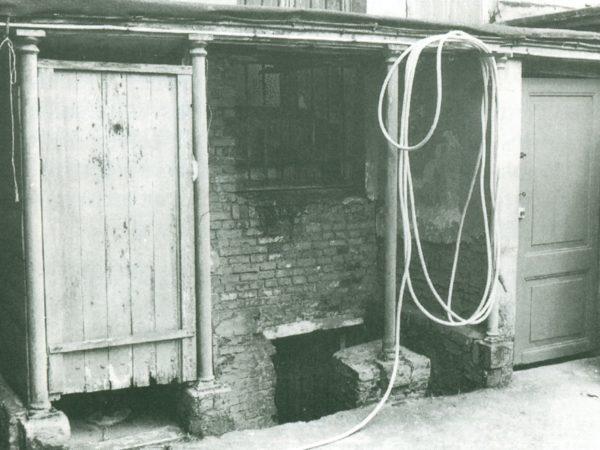 anciennes toilettes extérieures, rue haute à Bruxelles