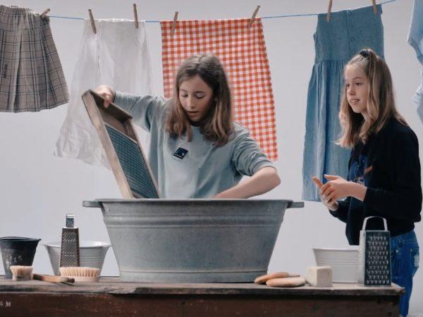 Image de jeunes filles testant la lessive à l'ancienne