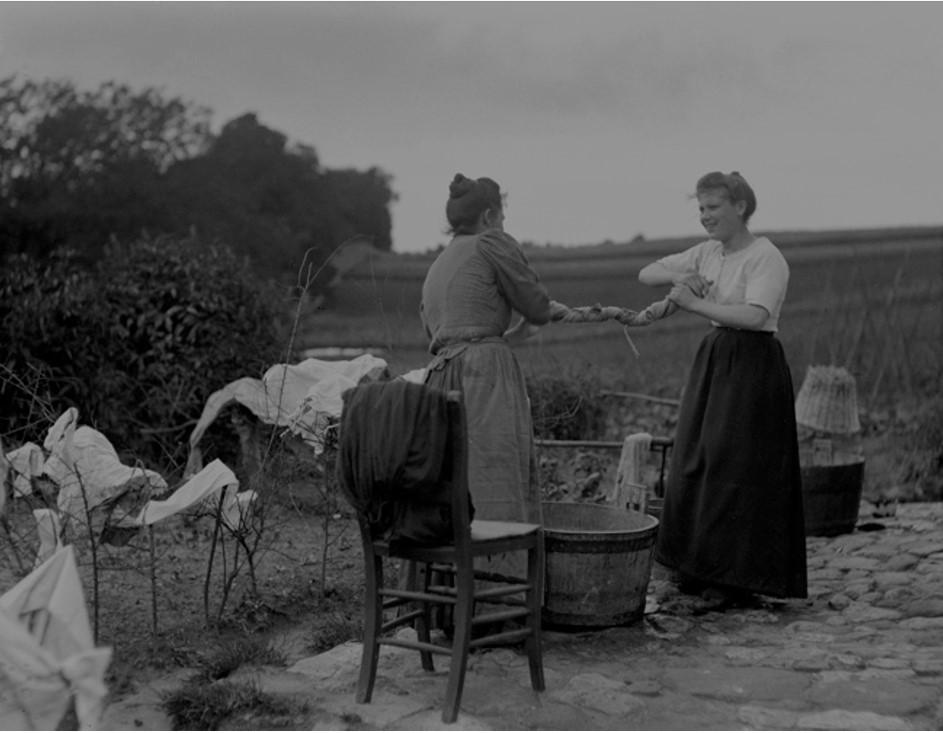 Le tordage des grandes pièces de linge se fait souvent à deux, 1902 (Émile Henri t'Serstevens / KIP-IRPA)