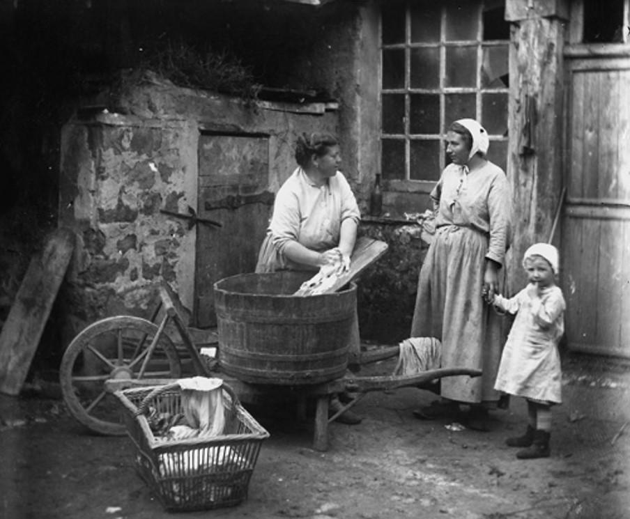 Femme à la lessive, France, vers 1900 (© Albert Harlingue / Roger-Viollet)
