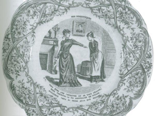 Assiette représentant une maîtresse de maison réprimandant une servante insolente