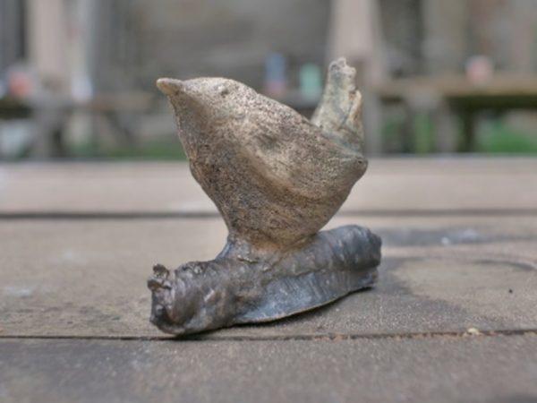 statuette d'oiseau en bronze réalisée à la technique au sable