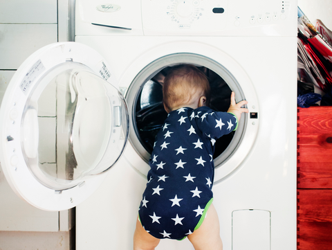 enfant et machine à laver